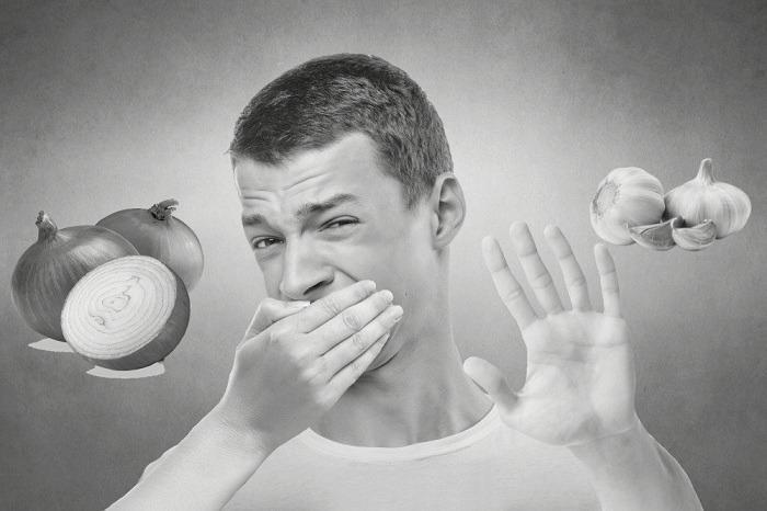 رائحة الفم الكريهة من اضرار البصل