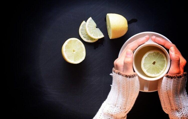 فوائد تناول عصير الليمون بالماء الساخن علي معدة فارغة