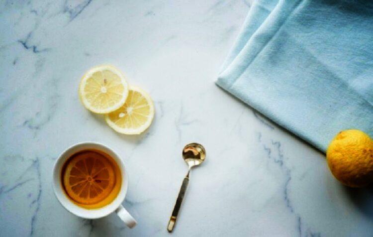 فوائد شرب الليمون الساخن على الريق