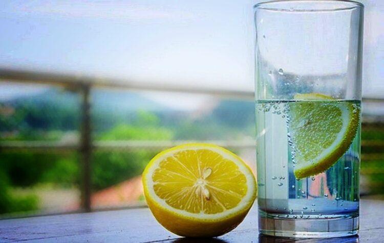 فوائد شرب الماء الساخن والليمون على الريق